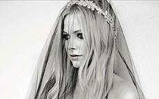 Avril Lavigne sposa in nero