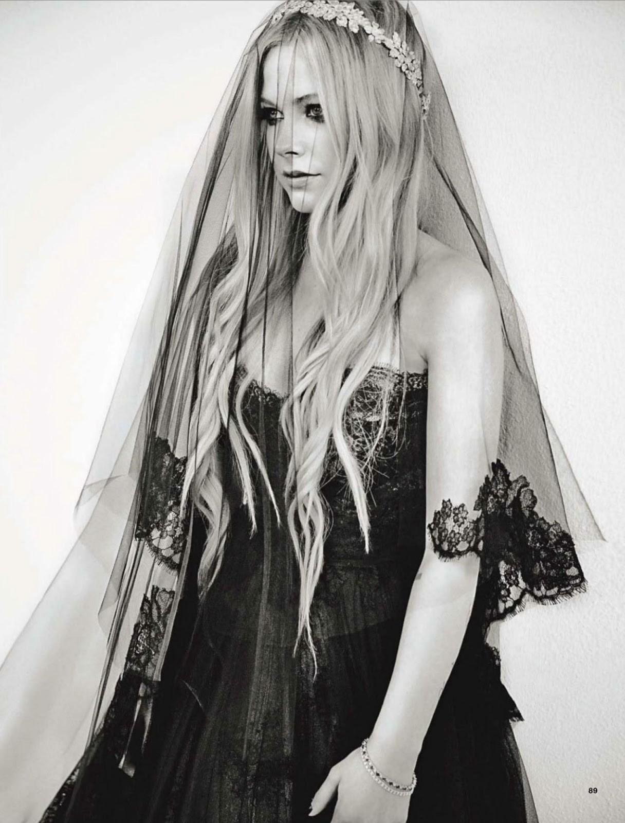 3757851f2c9e Avril Lavigne sposa in nero
