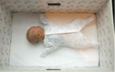 I bambini finlandesi dormono nelle scatole di cartone