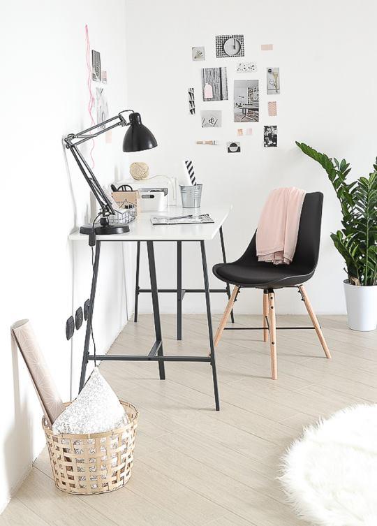 scrivania e quadretti per lavorare da casa