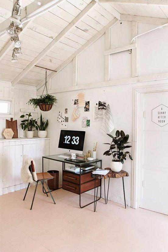 scrivania e piante per lavorare da casa
