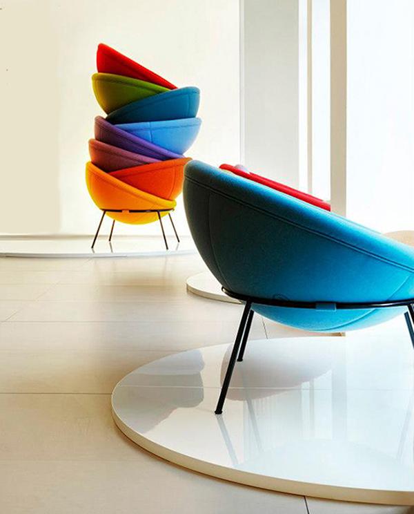 sedie colorate nella casa dei single