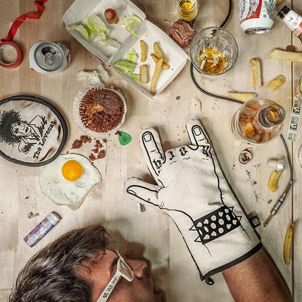 guanti da cucina nella casa dei single
