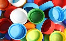 Riciclare tappi di plastica per trasformarli in nuovi oggetti