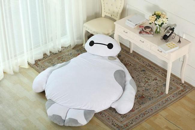 Dopo la gonnapantalone, il divanoletto e il toyboy, ecco comparire il cuscino letto, il perfetto mix per una goduria di sprofondamento.