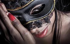Donne con la maschera, ma non di Carnevale