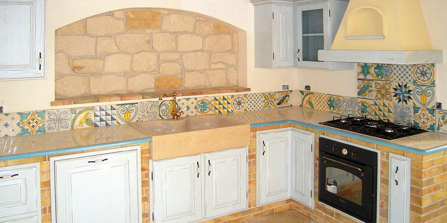 Mattonelle da parete forme colori materiali e abbinamenti for Piastrelle maiolica cucina